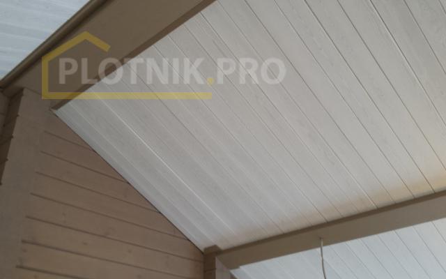 Потолок - лиственница, имитация балок - клееный щит